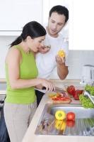 Mladý pár v kuchyni